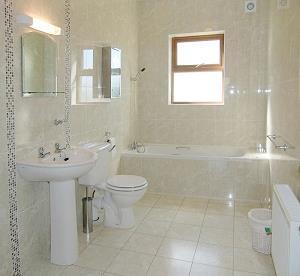 salle de bains de famille au rez-de-chaussée
